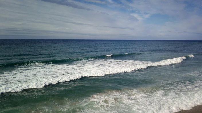 Dos surfistas en una ola