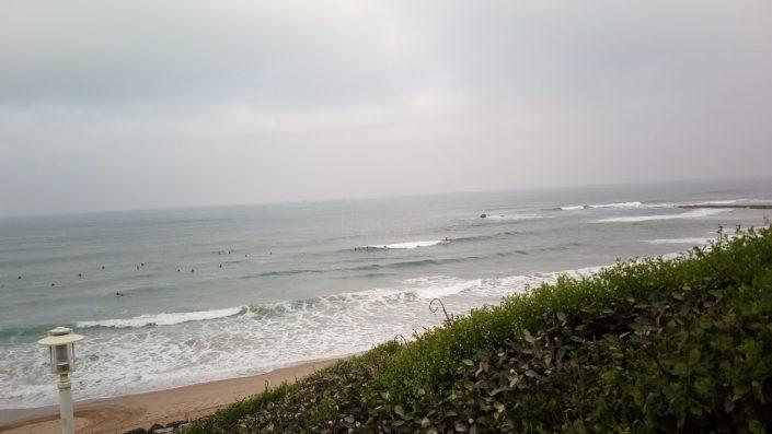 Surfistas en el pico