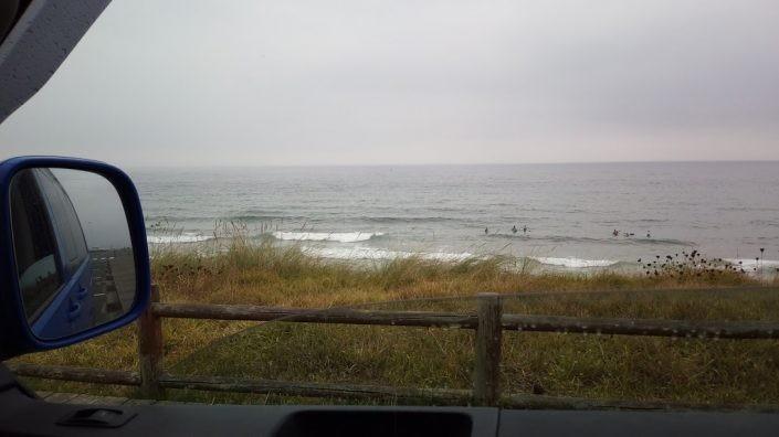 Surfistas esperando la ola