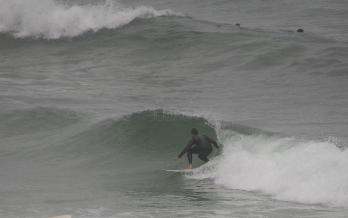 Manu surfeando en Razo